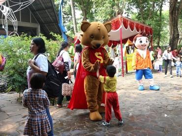 Wah, si kecil asyik main-main dengan maskot Starmuno. (Foto: dok Kalbe Ethical Customer Care (KECC))