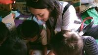 Leona yang baru saja berulang tahun ke-28 itu bersyukur karena bisa membantu para pengungsi di sana. Dok. Instagram/leonagustine