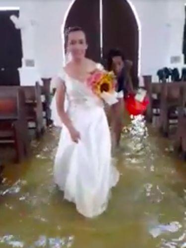 Jobel Delos Angeles tetap melangsungkan pernikahan meski gerejanya terendam banjir.