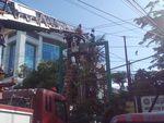 Pasang Baliho, Pekerja Kesetrum Papan Reklame di Depan Kampus USU
