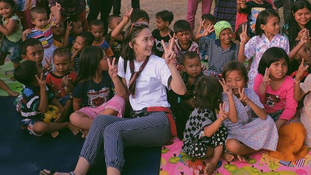 Saat Leona Agustine Bagi Tawa untuk Anak-anak Lombok