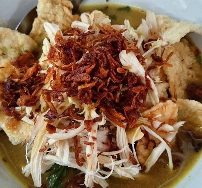 Bukan hanya kuahnya melimpah, topping suwiran ayam, bawang goreng dan kerupuk juga banyak. Ini racikan bubur ayam Cirebon di kawasan UI. Foto : Instagram @sarahrisanti