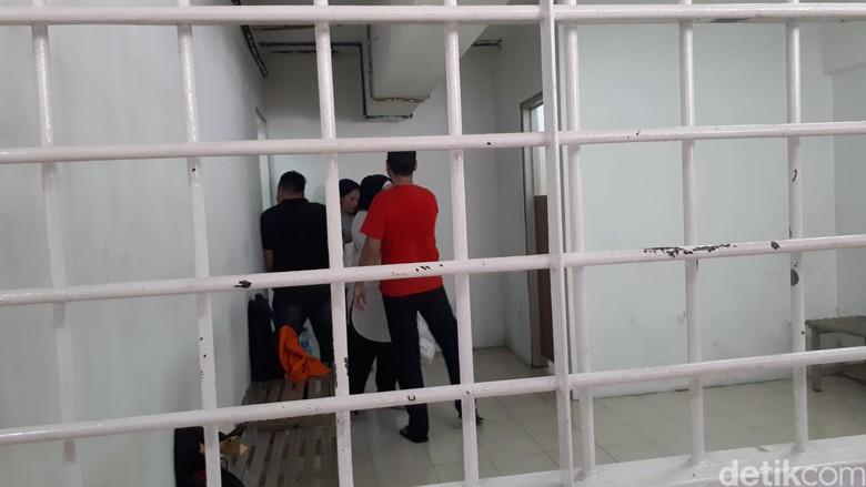Mesra Terus! Dhawiya & Pacar Selfie di Balik Ruang Tahanan Usai Sidang