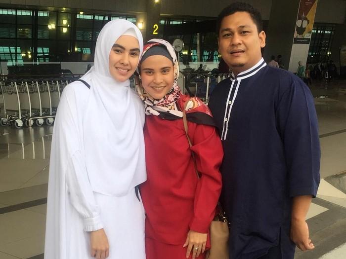 Penampilan Kartika Putri saat berangkat haji. Foto: Instagram/KartikaPutriWorld