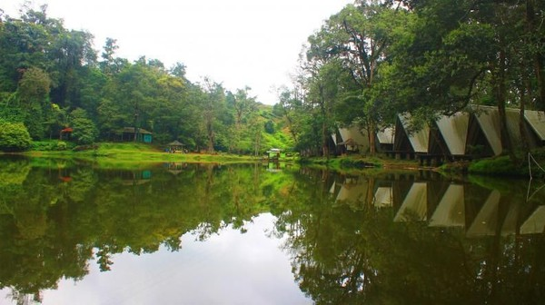 Bukan hanya Dieng saja yang punya Telaga Warna, Puncak juga punya. Berlokasi dekat rumah makan legendaris Rindu Alam, konon Danau Telaga Warna di Puncak juga dapat berubah warna (Dewi/dTraveler)