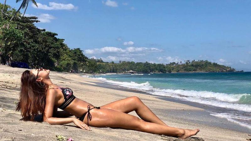 Foto: Maria memang gemar liburan ke pantai. Itu terlihat dari unggahan fotonya di Instagram. Bulan Juli lalu, Maria berkunjung ke Lombok. (Instagram/@mariaselena_)