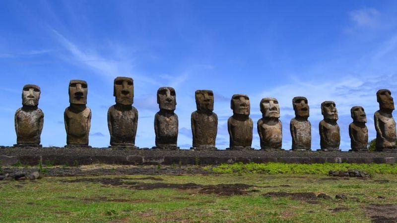 Moai, patung-patung batu besar yang melegenda di Pulau Paskah jadi daya tarik wisatawan. Pulau Paskah sangat terpencil, 3.218 kilometer dari daratan Chile (CNN Travel)