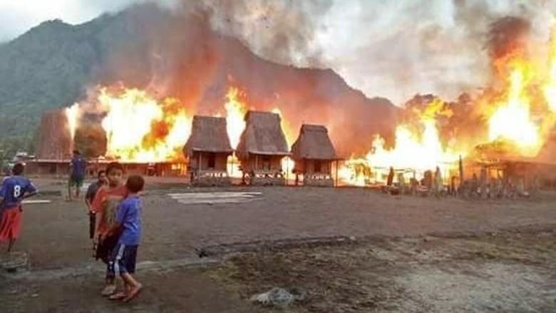 Foto: Kampung Gurusina terbakar (Nury Sybli/Facebook)