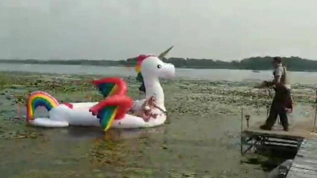 Cewek-cewek Berbikini Naik Pelampung Unicorn Terdampar di Danau