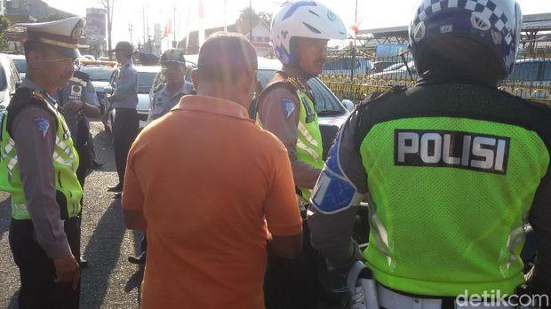 Pengendara kena tilang di Jalan Pasar Kembang Yogyakarta.