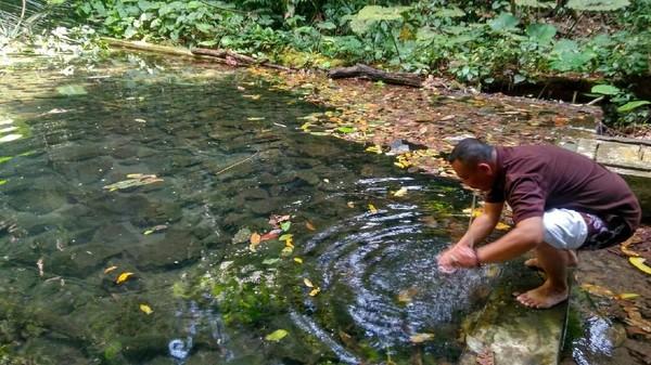 Sumber mata air yang bernama Ci Kahuripan ini juga dipercaya memiliki khasiat tertentu, tergantung orang yang berdoa untuk memintanya. Seperti dimudahkan dalam pekerjaan hingga mendapatkan rezeki (Dadang Hermansyah/detikTravel)