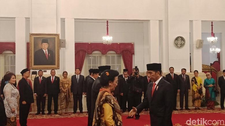 Sumarsono-Ayah Farhat Abbas Terima Tanda Kehormatan dari Jokowi