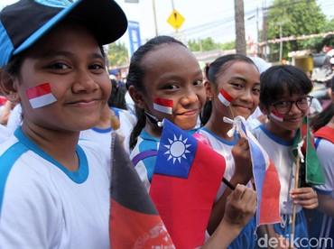 Smile! Senyum merekah di bibir anak-anak. (Foto: Lamhot Aritonang/detikcom)