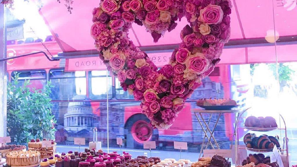 Cantik Banget! Kafe Instagramabe di London Ini Dipenuhi Bunga Pink
