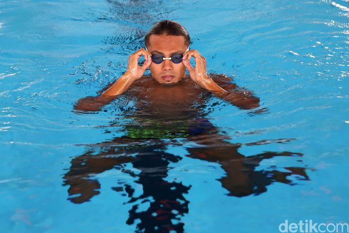 Siman, 23 tahun, menyimpan momen mengesankan di kelas 2 Sekolah Dasar (SD). Untuk pertama kalinya dia melihat kolam renang.