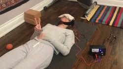 Terapi ini disebut transcranial direct current stimulation (tDCS). Aliran listrik secara khusus diarahkan ke otak lewat tengkorak sebagai stimulasi.