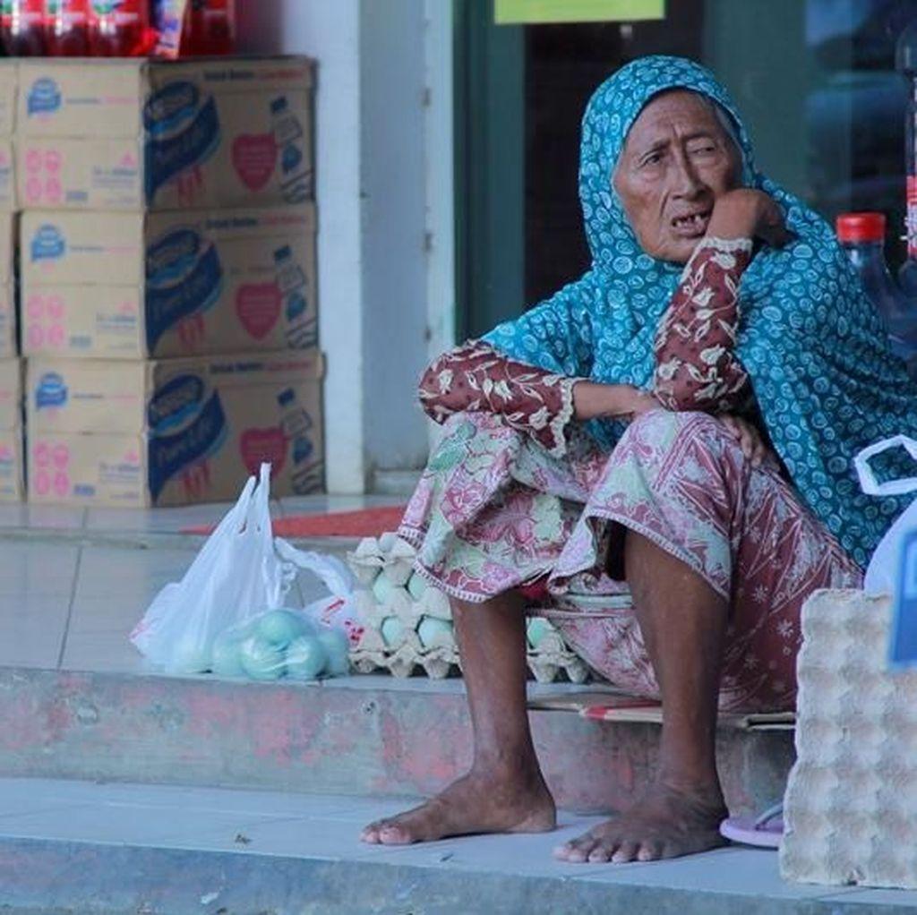 Nenek Penjual Telur Asin yang Pantang Jadi Pengemis