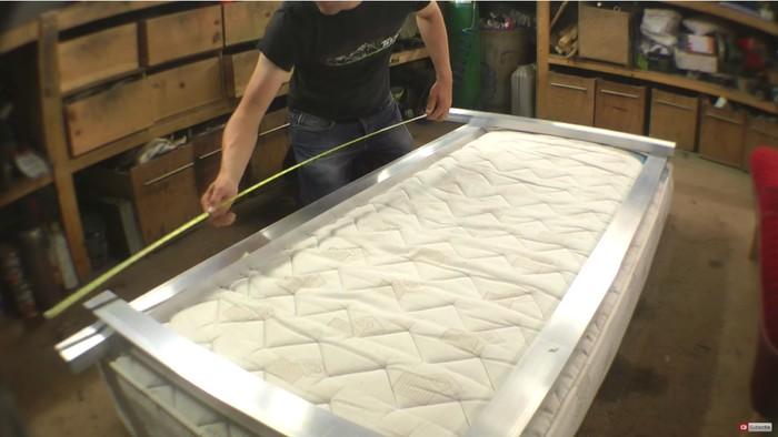 Dalam eksperimennya Colin mulai dengan membuat rangka kasur yang kokoh untuk bisa melontarkan orang dengan bobot tubuh sekitar 80 kilogram. (Foto: Youtube/colinfurze)