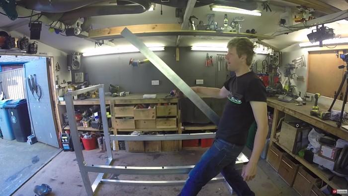 Tidak lupa rangka dibuat dengan mekanisme yang bisa dipakai untuk melontarkan kasur. (Foto: Youtube/colinfurze)