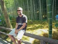 Saat ke Kyoto, dia wisata ke hutan bambu Arashiyama. Hutan bambu ini memang begitu populer di kalangan turis (poldi_official/Instagram)