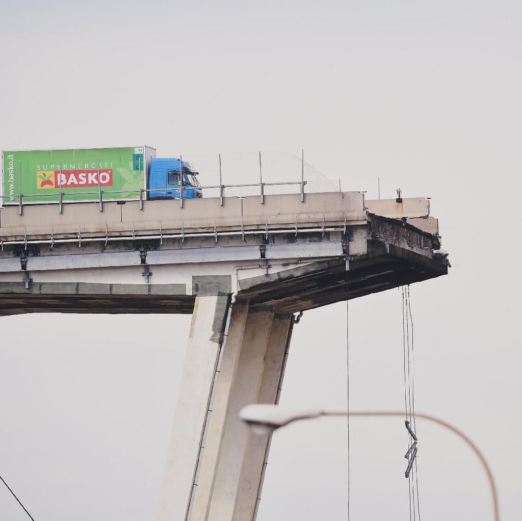 Truk Ini Nyaris Jatuh dari Jembatan yang Ambruk di Italia