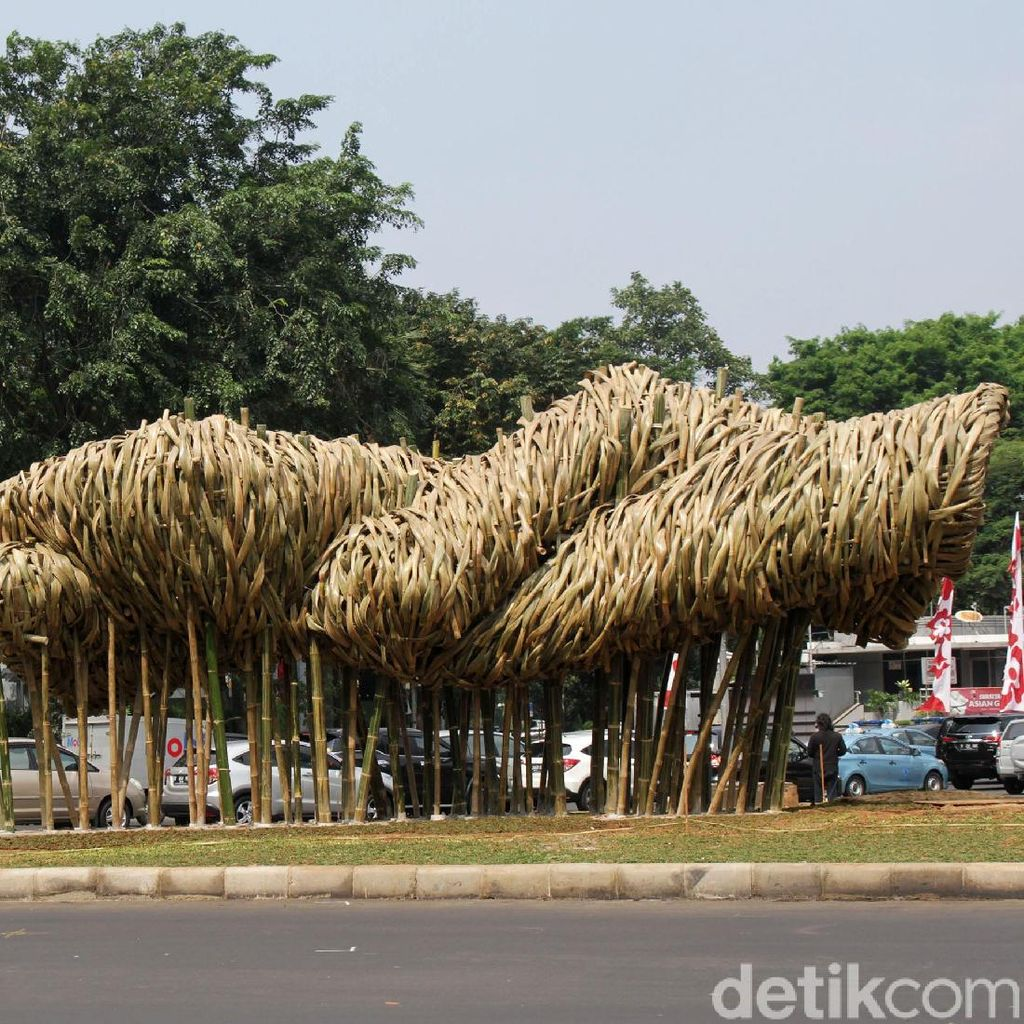 Joko Avianto Bawa 2000 Batang Bambu untuk Instalasi Proyek Anies
