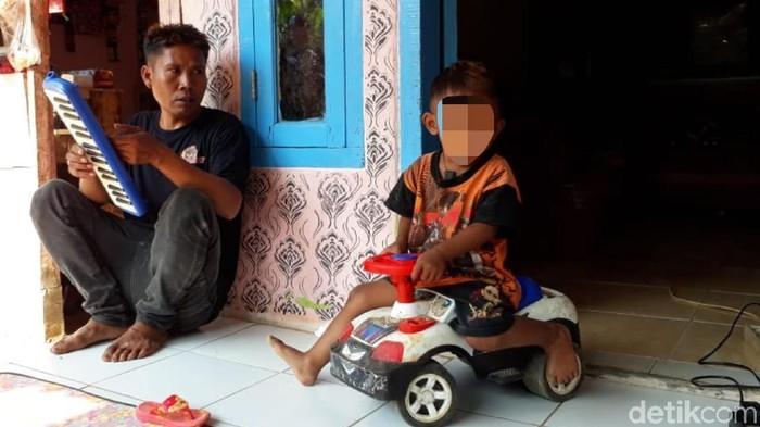 Balita yang kecanduan rokok di SUkabumi. (Foto: Syahdan Alamsyah)