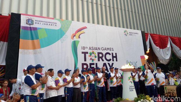 Gubernur DKI Anies Baswedan melanjutkan pawai obor Asian Games dengan berkeliling di Balai Kota, Jakarta Pusat, Rabu (15/8/2018)