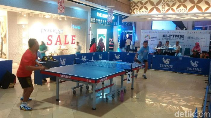 Turnamen tenis meja di tengah mal (Foto: Angling Adhitya Purbaya/detikSport)
