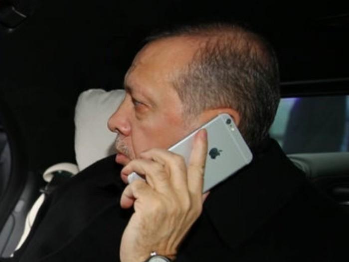 Erdogan saat menggunakan iPhone. Foto: istimewa