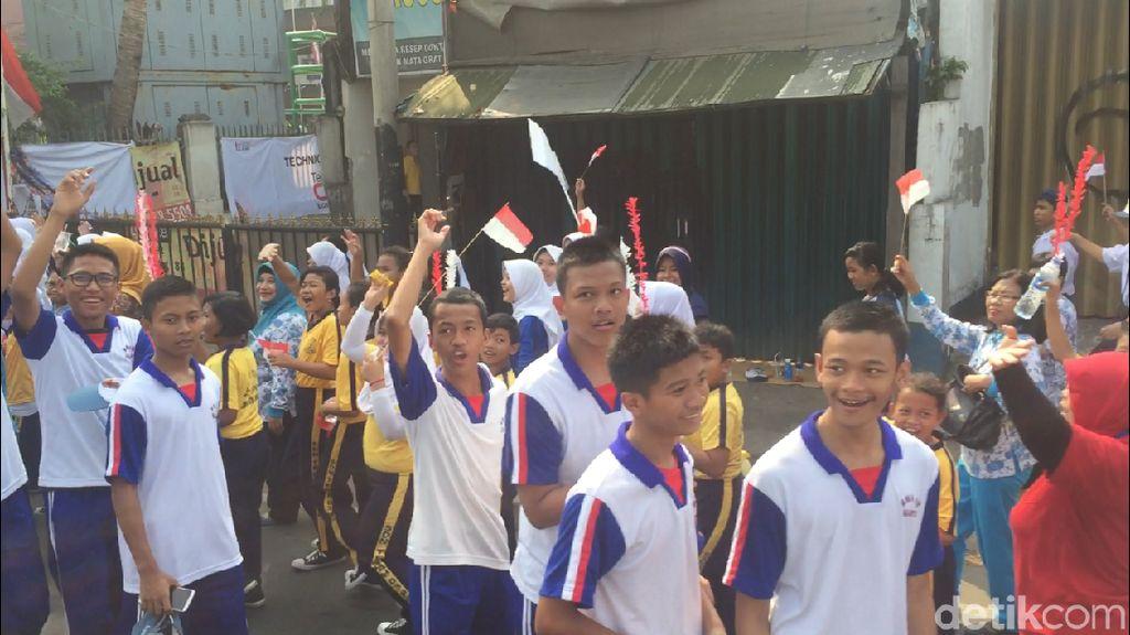 Antusias Warga Saksikan Pawai Obor Asian Games di Kramat Jati