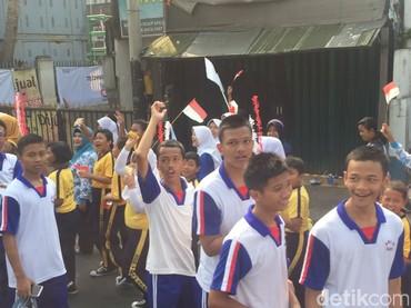 Anak-anak antusias menyaksikan pawai obor Asian Games 2018 (Foto: Ibnu Hariyanto/detikcom)