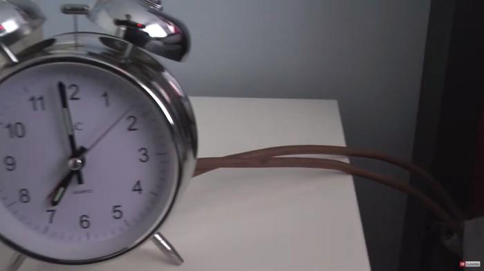 Bunyi alarm akan jadi sinyal untuk memicu mekanisme pelontar. (Foto: Youtube/colinfurze)