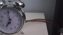 Seorang Youtuber bernama Colin Furze bereksperimen mencoba membuat alat yang bisa membantu orang-orang bangun pagi. Jawabannya? Kasur pelontar.
