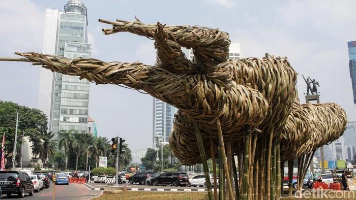 Karya seni instalasi dari bambu Getah Getih dipasang di kawasan Bundaran HI untuk mempercantik Jakarta saat Asian Games 2018. (Rifkianto Nugroho/detikcom)