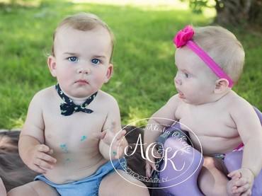 Hmm, kira-kira apa yang ada di pikiran bayi perempuan ini saat melihat si bayi laki-laki ya? (Foto: Facebook / Alisha OKeefe Photography)