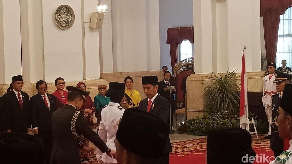Jokowi Kukuhkan Anggota Paskibraka 2018 di Istana