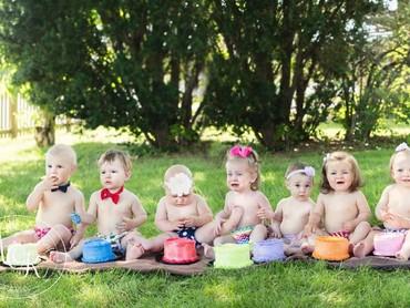 Seorang fotografer keluarga dan bayi, Alisha OKeefe diminta oleh kliennya Trish Baker melakukan sesi foto dengan 13 bayi. (Foto: Facebook / Alisha OKeefe Photography)