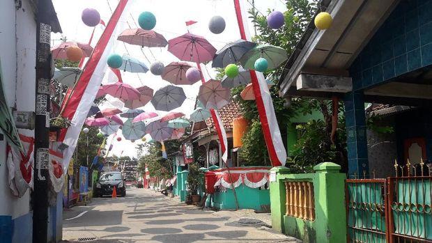 Payung aneka warna hiasi langit di depan perumahan warga