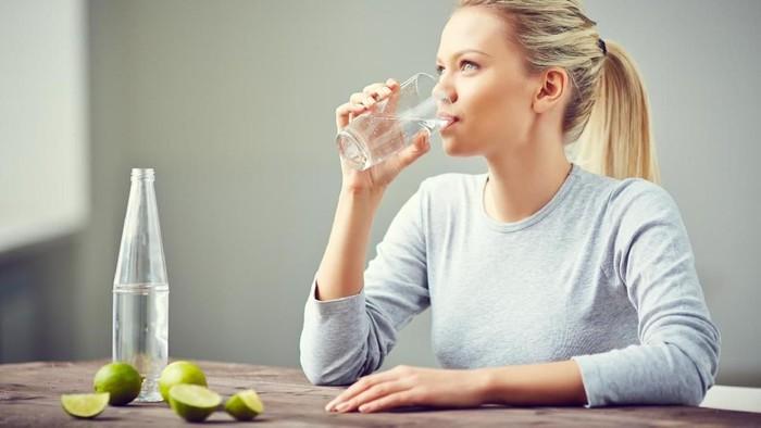 Sangat penting untuk minum air putih setiap hari. (Foto: iStock)