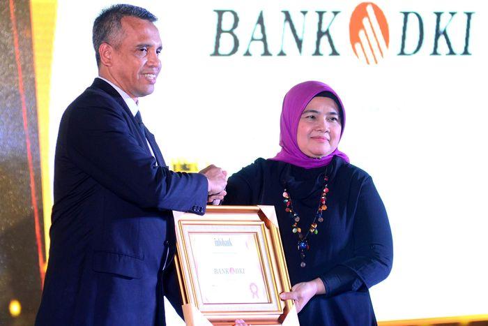 Corporate Secretary Bank DKI, Zulfarshah (kiri) menerima penghargaan untuk kategori Kinerja Keuangan Sangat Bagus dalam acara 23th Infobank Award 2018 di Yogyakarta, Selasa (14/5). Foto: dok. Bank DKI