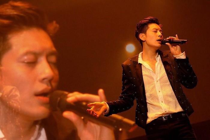 Nah ini aksinya Se7en saat berada di panggung, wah benar-benar kharismatik ya? (Foto: Instagram/se7enofficial)