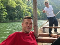 Mantan pemain Arsenal ini begitu menikmati hari-harinya di Jepang. Podolski menyempatkan traveling ke berbagai daerah di Jepang, di luar pertandingan (poldi_official/Instagram)