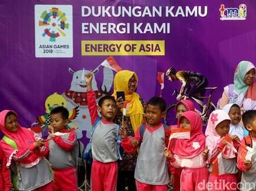 Saat pawai obor melintas di TMII, Jakarta Timur, anak-anak pun bersorak antusias. (Foto: Grandyos Zafna/detikcom).
