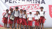 Senangnya, 3.200 Anak Desa Terpencil di Banten Dapat Sepatu