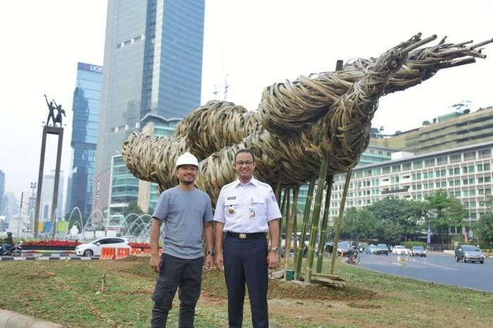 Gubernur DKI Jakarta Anies Baswedan di depan instalasi bambu yang dipajang di sekitar Bundaran HI (Facebook Anies Baswedan)