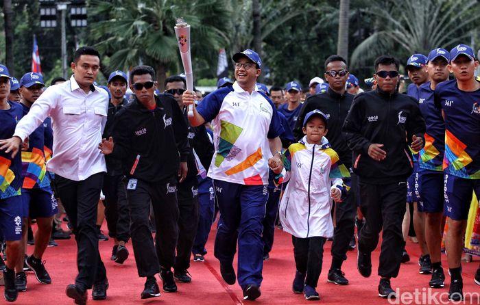 Gubernur DKI Jakarta Anies Baswedan menerima obor Asian Games yang tiba di Balai Kota, Jakarta, Rabu (15/8/2018).