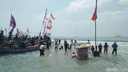 Melihat Sakralnya Tradisi Larung Sesaji Desa Dasun di Rembang