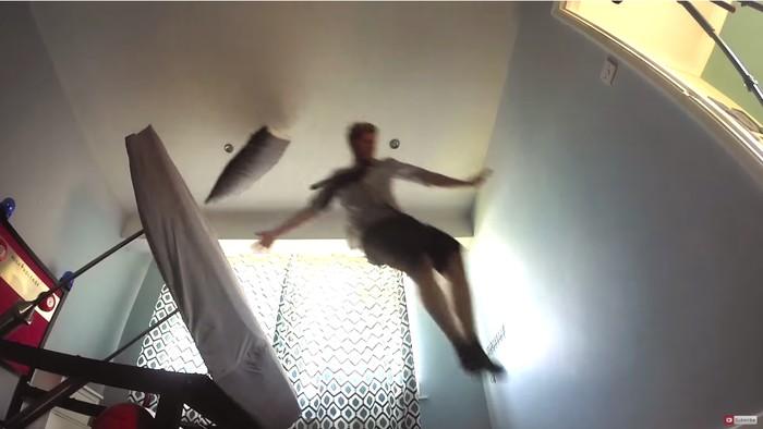 Mulai hari dengan terbang dari ujung kamar ke ujung lainnya. (Foto: Youtube/colinfurze)