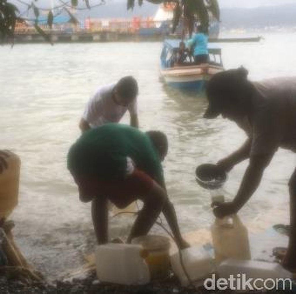 Minyak Tanah Juga Tumpah di Pantai Ambon, Warga Bawa Jeriken